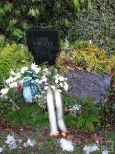 Das geschmückte Grab von Hans Zesewitz am 26. Januar 2016; Aufnahme von Hartmut Schmidt